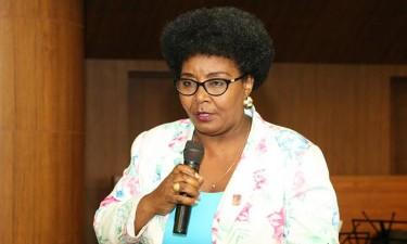 Kanguimbo Ananaz 'declama' em Moçambique