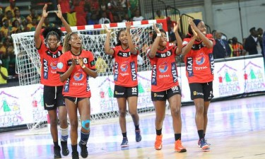 Angola defronta Camarões na final