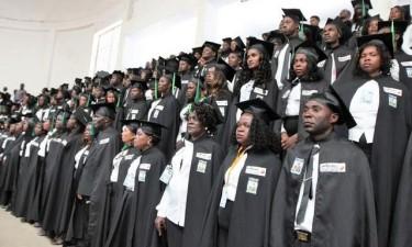 Licenciados recebem diplomas