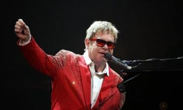 Elton John ficou sete anos sem falar com a mãe