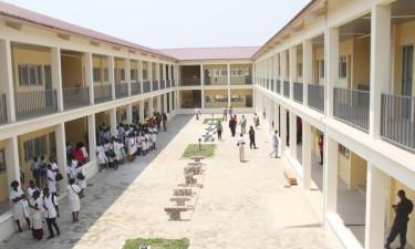 Escolas proíbem entrada de mochilas aos alunos