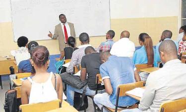 Governo vai implementar ensino à distância