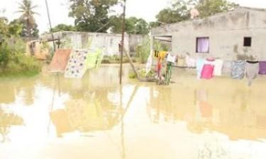 Chuva desaloja mais de 500 famílias