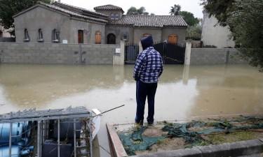 Chuva desaloja mais de duas mil famílias