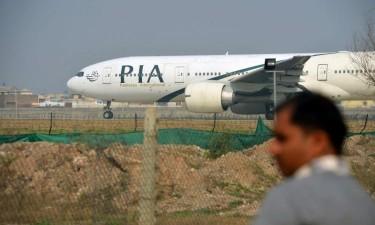 Avião despenha-se com uma centena de pessoas a bordo