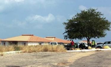 Casas do futuro centro de pandemias degradadas no meio de capim