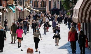 Italianos voltam a sair à rua