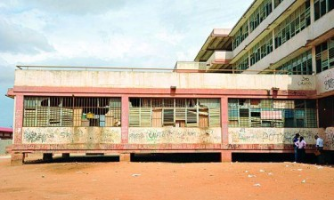 Governo demole duas escolas por má qualidade