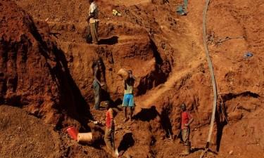 Mina desaba sobre 40 mineiros