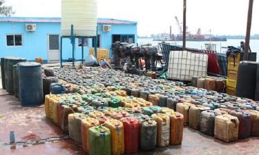Polícia trava saída ilegal de combustível para RDC