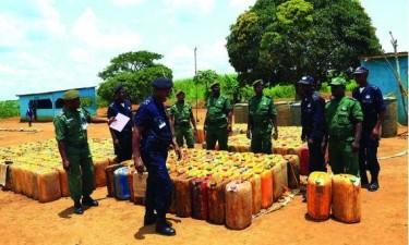 Detidos três homens por contrabando de combustíveis