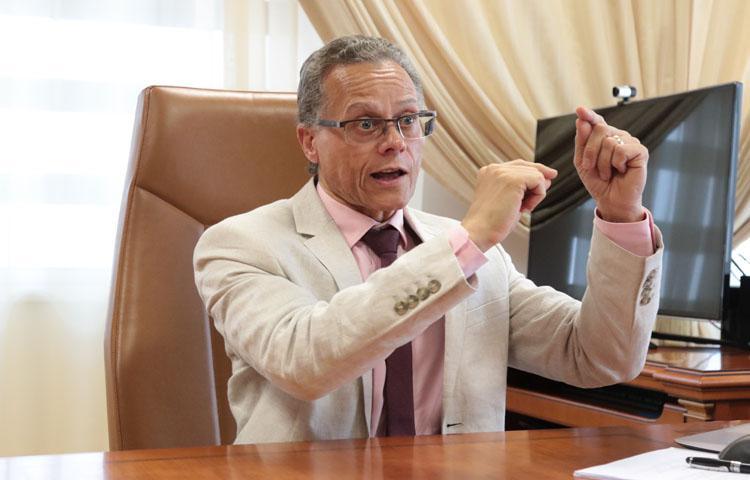 """""""Estamos mal habituados, esperando que o Estado absorva todos os diplomados"""""""