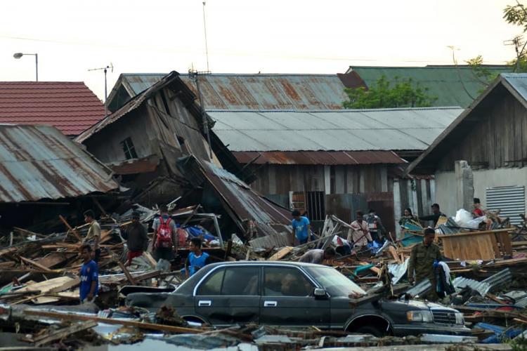Tsunami provoca 384 mortos