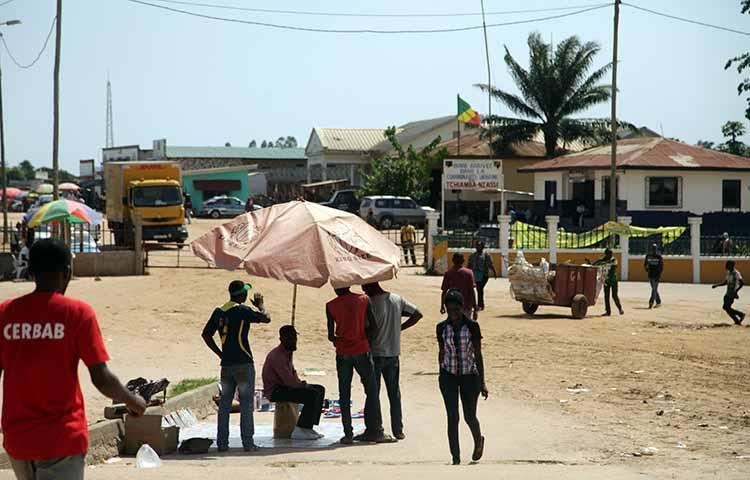 Angola negoceia  com vizinhos isenção  do comércio
