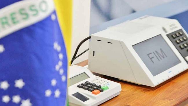 Brasileiros votam hoje