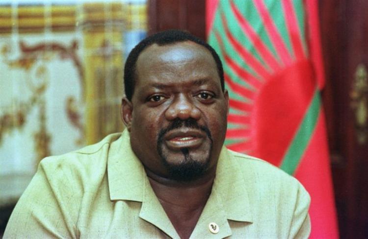 Restos mortais de Savimbi exumados sem honras de Estado