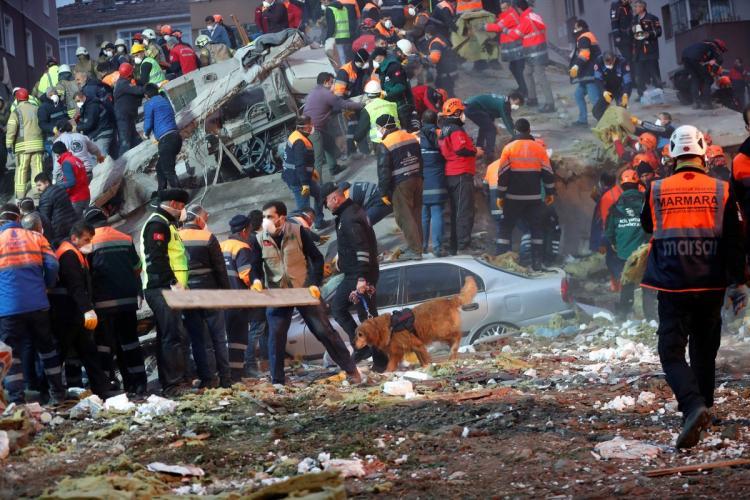 Desmoronamento de prédio mata 11 pessoas