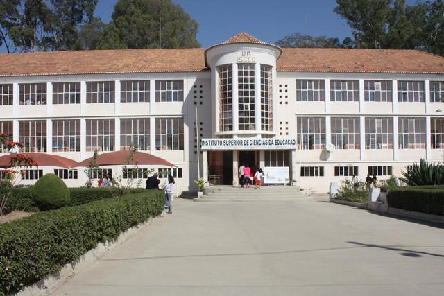 Embaixada americana doa 240 livros ao ISCED