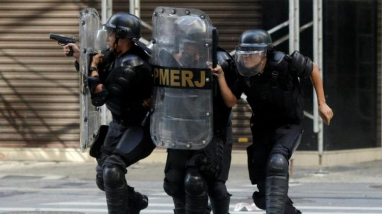 Homens armados matam 11 pessoas num bar no Brasil
