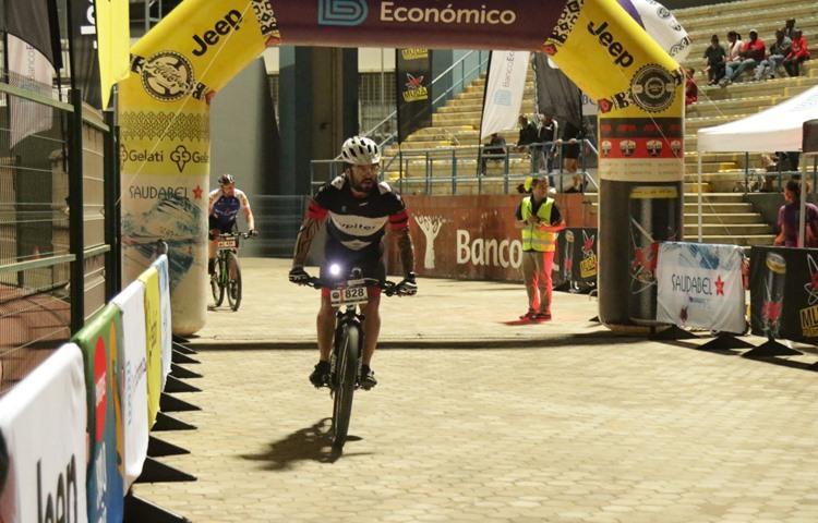 Atletas pedalam no Bengo