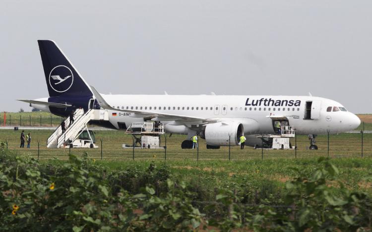 Avião evacuado devido à denúncia de bomba