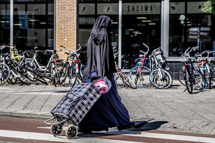 Holanda proíbe uso de véu