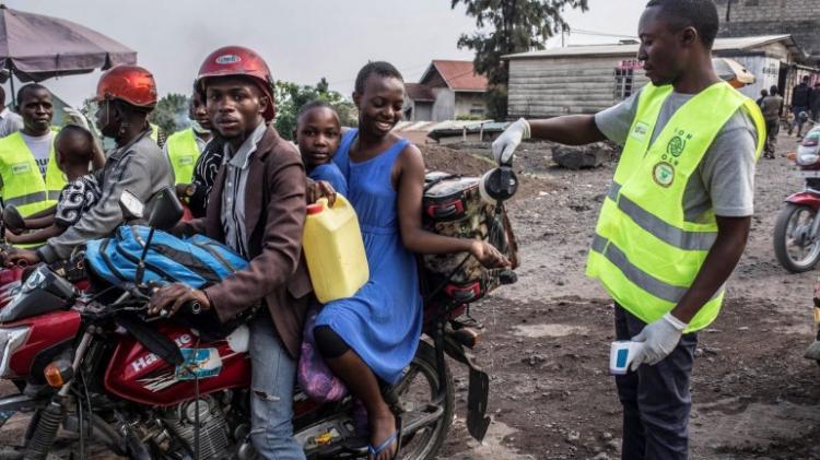 Ébola força restrições de viagens