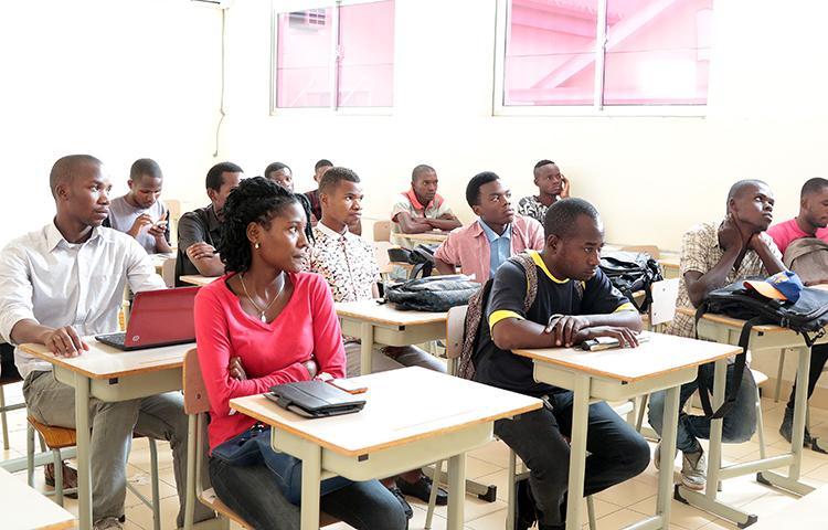 Falta de quadros qualificados 'condiciona' novas pós-graduações