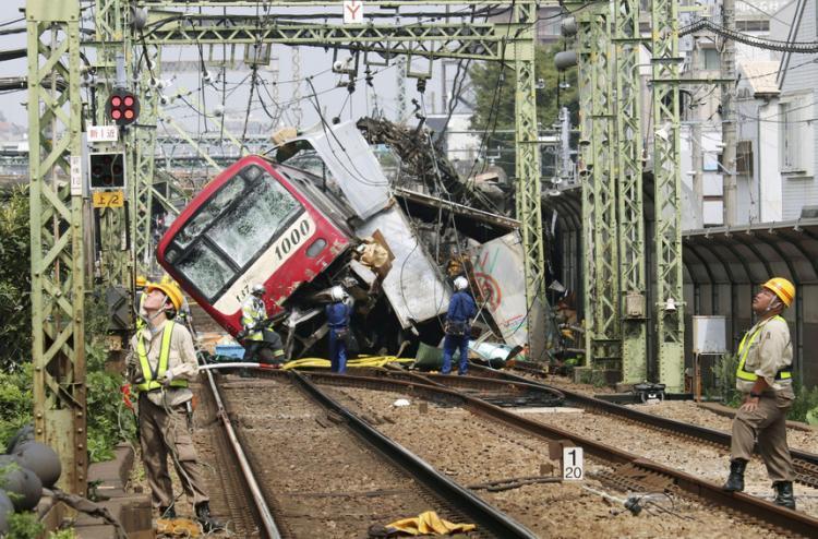 Colisão entre comboio e camião faz 35 feridos