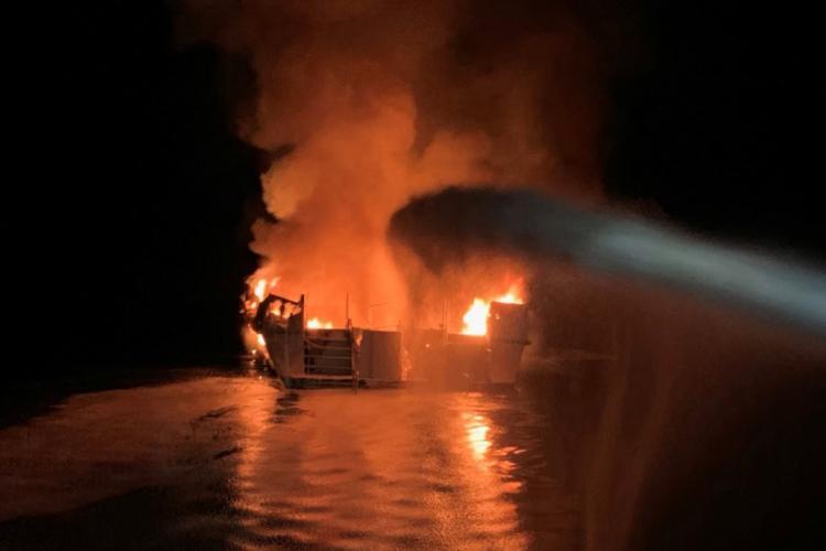 Incêndio num barco faz 34 mortos