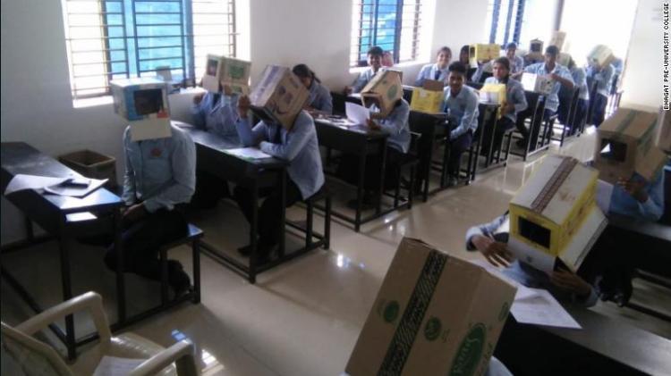 Alunos fazem exames com caixotes na cabeça para não cabularem
