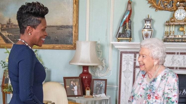Foto de Meghan e Harry retirada de sala de receções no palácio de Buckingham