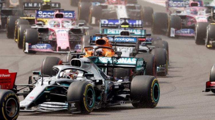 Hamilton a quatro pontos do 6.º título