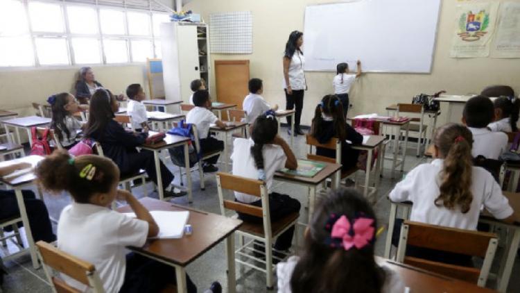Mais de 1.500 colégios sancionados por cobrar em dólares