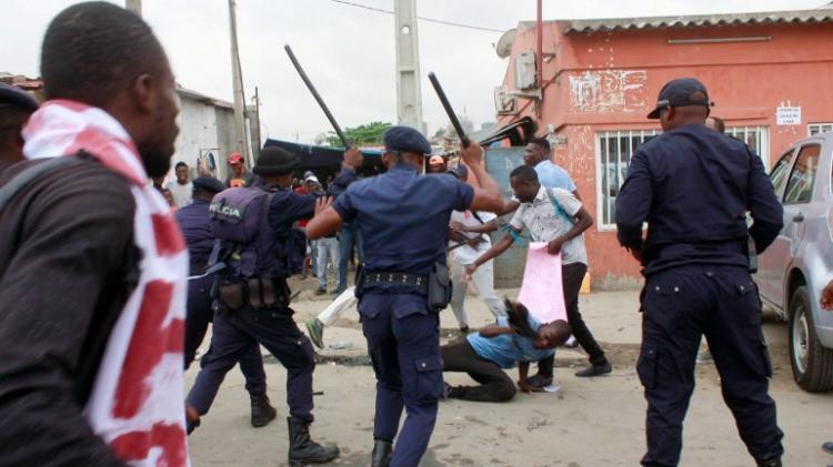 Polícia dispersa à força activistas