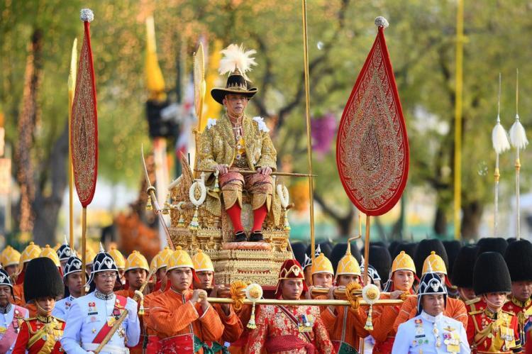 Rei demite guardas reais por 'adultério'