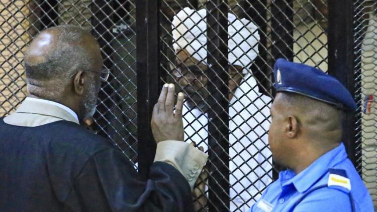 Ex-presidente do Sudão condenado a dois anos de prisão