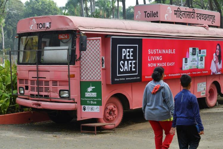 Autocarros antigos viram WC femininos