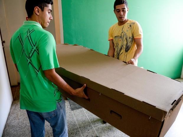 Mortos enterrados em caixões de papelão