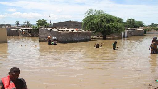 Chuvas desalojam mais de 100 pessoas