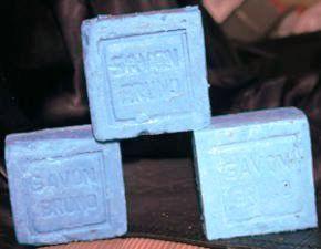 Docentes fabricam sabão azul