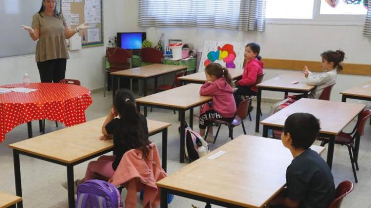 Escolas reabertas em Israel registam surtos do vírus