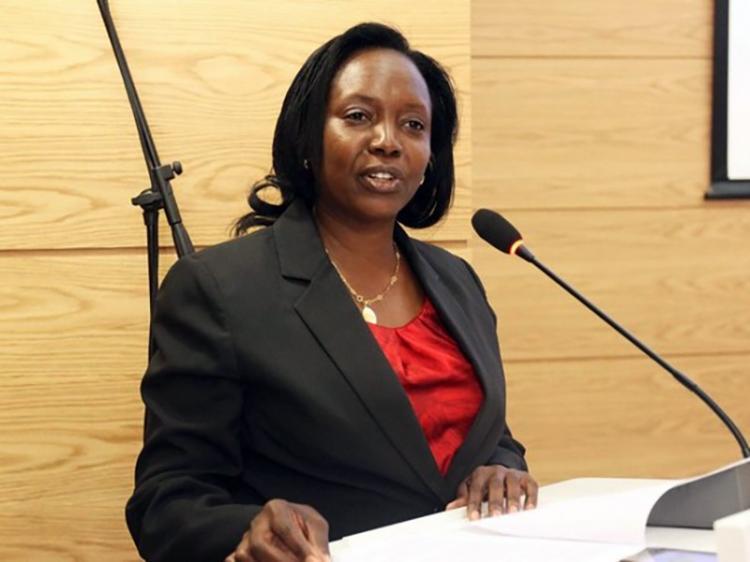Ministra da Saúde reprova gestão dos centros de hemodiálise