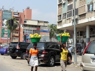 Venda nas ruas de Luanda em baixa