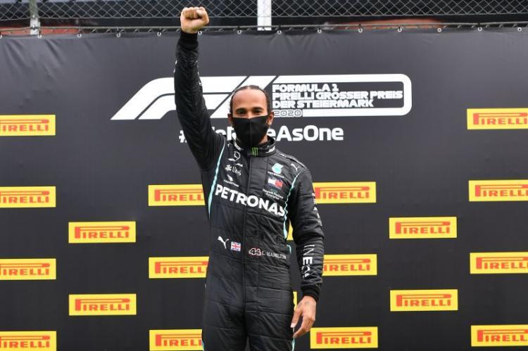 Hamilton vence GP da Inglaterra com três rodas