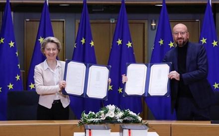 União Europeia assina acordo sobre nova parceria com Reino Unido