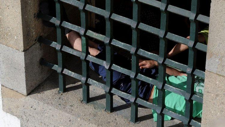 Director de cadeia acusado de promover festas e prostituição
