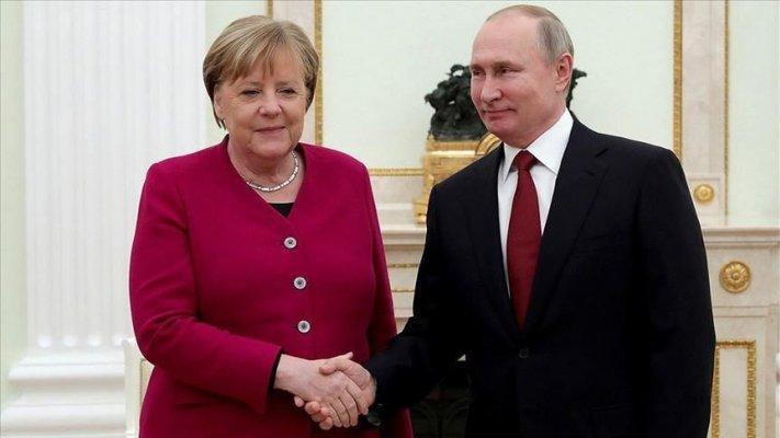 Putin e Merkel discutem possibilidade de produção conjunta de vacinas