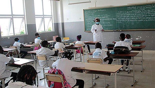 Aulas no ensino primário com apenas dois trimestres