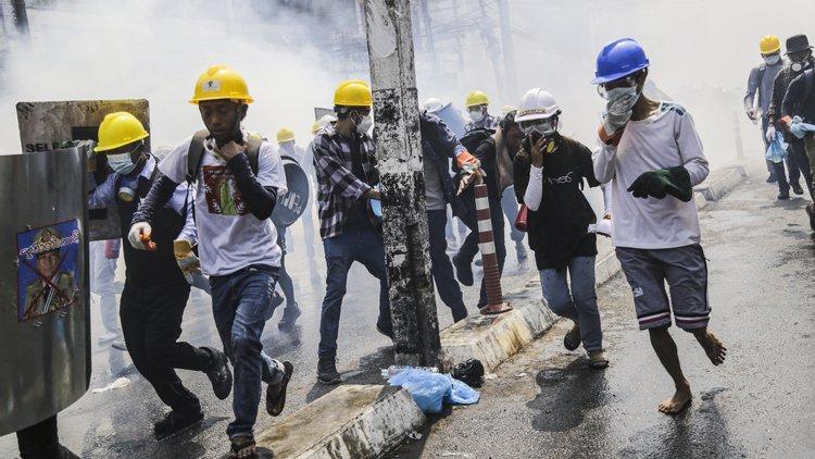Três manifestantes feridos por balas reais em protestos contra golpe